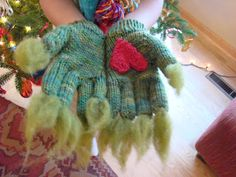 Susan B. Anderson: Grinch Gloves (free pattern!) what kid woudn't want these! There is a hat pattern too....