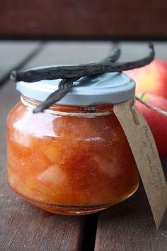 Blomme-æble marmelade med vanilje ; 150 blomme 100 gram æble 150 gram rørsukker 1 stang vanilje 1 tsk pektin