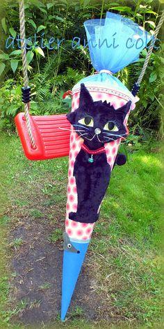 Hier biete ich euch eine hübsche in Rosa, Blau und Schwarz gehaltene Katzenschultüte. Sie ist mit wunderschöner zart rosafarbener Baumwolle bezogen, auf die dunkelrosa Punkte mit einem tollen...