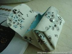 Double-flap coin wallet. Original fabric tutorial in Chinese.