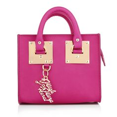 Sophie Hulme goes with the trend and relaunched her classic tote bag in mini for the the upcoming season. The 'Box Albion' includes the huge brand's iconic, gold-tone hardware and a shoulder strap for casual styling. The perfect finish get's the handbag with it's glowing color: a wonderful pink! Fashionette.de