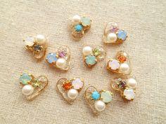 作って楽しいレジンクラフトの基礎知識とおすすめ情報 Resin Jewelry, Beaded Jewelry, Beaded Bracelets, Diy Resin Flowers, Handmade Accessories, Jewelry Accessories, Beaded Brooch, Big Earrings, Resin Crafts