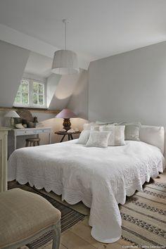 Maison d'Anvers, chambre avec lit blanc