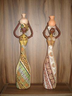 Boneca estilo Africana confeccionada com biscuit e tecidos sobre garrafas de…