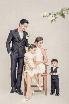 Family Photo Studio, Studio Family Portraits, Family Portrait Poses, Family Posing, Portrait Photo, Baby Family Pictures, Family Christmas Pictures, Family Picture Poses, Family Photos