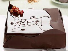 Il maestro Aresu descrive dettagliatamente come realizzare la Torta Mozart. Una dolce tentazione per le occasioni più speciali.