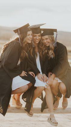 Girl Graduation Pictures, Graduation Picture Poses, Graduation Portraits, Graduation Photoshoot, Grad Pics, Senior Photography Poses, Senior Portraits Girl, Graduation Photography, Friend Senior Pictures