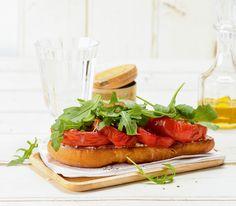 Diese Bruschetta werden nicht nur mit Frischkäse verfeinert, sie bekommen durch die gebackenen Tomaten auf dem gerösteten Brot auch ein besonders feines Aroma. Bruschetta, Tapas, Biscotti, Food To Make, Panna Cotta, Waffles, Yummy Food, Make It Yourself, Breakfast