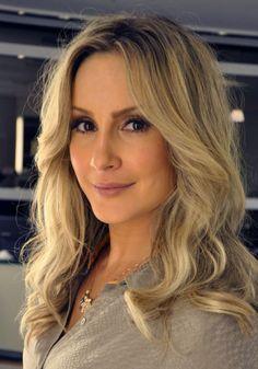 A maquiagem de Claudia dá ênfase nos olhos com sombras escuras e esfumada. Blushes em tonalidade de pêssego nas maçãs e iluminador e, nos lábios, ela opta por cores neutras de batons. O cabelo é usado em tons de loiro e ondulado.