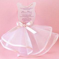 当日の私をお楽しみに♡とっても可愛いドレス型の招待状を送って、花嫁姿をチラ見せ*にて紹介している画像