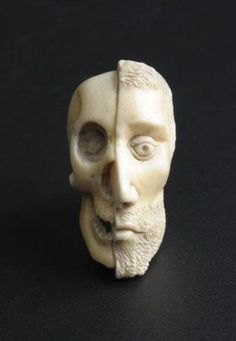 Grain terminal de chapelet en ivoire sculpté. Probablement XVIIIe siècle