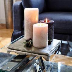 Puristisch, aber dennoch geschmackvoll. Auf einer glanzvollen Platte unterschiedliche hohe Kerzen plazieren und mit getrockneten Beeren oder kleinen Zweigen dekorieren. #loberon