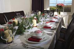 Festive red table decorations at Holset House, East Portlemouth https://www.coastandcountry.co.uk/cottage-details/holset/