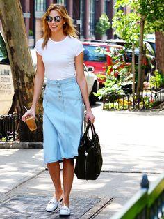 Heiße News aus New York City:Karlie Kloss ist die neue Markenbotschafterin für die Schmuckmarke Swarovski - und trägt beim Bummeln in New York City einen Denim-Skirt in Midi-Länge, den wir sofort auch haben wollen!Ihr Modell von Acne Studios ist light blue, hat eine kleine Knopfleiste vorne, ist ausgestellt und leicht asymmetrisch geschnitten. Aber auch in der Pencilskirtvariante oder mit gewagtem Schlitz ist der Rock das perfekte Sommer-Teil für Be...