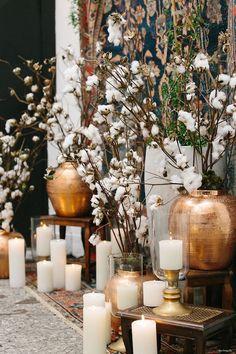 Decoração para cerimônia com flores de algodão, detalhes em dourado e velas. Elegante e chique. Foto:Duo Borgatto