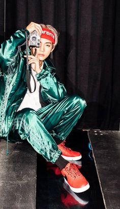 Read Kim Taehyung from the story BTS - The type of. compagno di viaggio🌉 V scatt. V Taehyung, Taehyung Gucci, Taehyung Fanart, Jimin, Bts Bangtan Boy, Daegu, Foto Bts, Bts Photo, K Pop