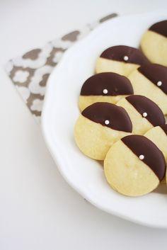 Huomenna monet ahkerat opiskelijat saavat palkinnon monen vuoden kovasta työstä, ja saan itsekin todistaa, kun meidän lukion 104 nuorta painaa valkolakit päähänsä. Monissa kodeissa varmaan leivotaan viimeistä päivää, ja itsellänikin on tänä iltana vielä hieman... Pancakes, Cookies, Breakfast, Desserts, Food, Crack Crackers, Morning Coffee, Tailgate Desserts, Deserts