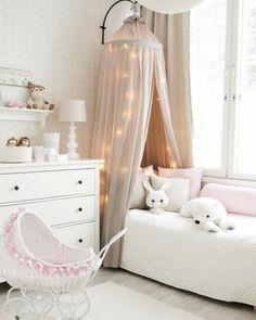 Vuodekatos ja koristevalot kruunaavaat lastenhuoneen prinsessamaisen tunnelman
