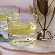 Il liquore di ulivo è semplice da preparare ma sentirete che bontà. Le foglie di ulivo hanno molte proprietà, ma io lo faccio perchè è buonissimo! Limoncello, Shot Glass, Glass Vase, Fruit Sorbet, Homemade Liquor, Tea Cocktails, Liquor Drinks, Liquid Gold, Healthy Drinks