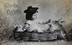 """""""Fröhliche Ostern"""", Mädchen in einem Korb mit vier Hasen. Um 1910. Photographie"""