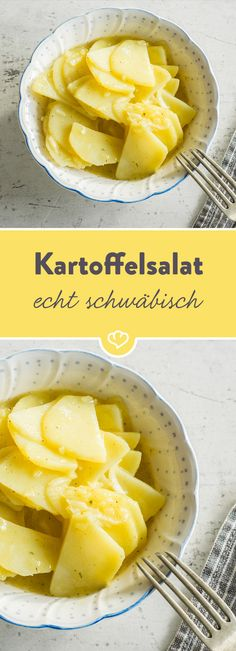 Der schwäbische Kartoffelsalat muss saftig sein. Und lauwarm. Wie das gelingt? Indem du die Brühe nach und nach zu den Kartoffeln gibst.