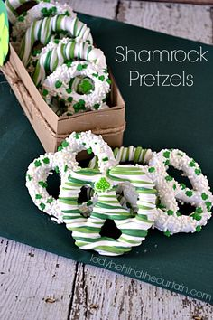 I show you how to make your own box to give these precious Shamrock Pretzels in. Give these Shamrock Pretzels as a gift for St. Patrick's Day or serve them patricks day food pretzel Shamrock Pretzels Slow Cooker Desserts, Holiday Treats, Holiday Recipes, Donuts, Churro Cupcakes, Yummy Treats, Sweet Treats, St Patrick Day Treats, Pretzel Dip