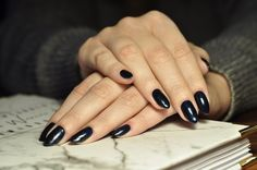 Shellac Midnight Swim  Koc kairu na paznokciach.