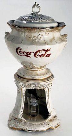 This is a vintage Coca-Cola machine that has served a Coke brand. Coca Cola Vintage, Coca Cola Ad, Always Coca Cola, Retro Vintage, Vintage Items, Vintage Signs, Coca Cola Bottles, Art Nouveau, Soda Fountain