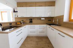 Bílá kuchyně s americkou lednicí Kitchen Room Design, Kitchen Themes, Kitchen Cabinet Design, Living Room Kitchen, Home Decor Kitchen, Interior Design Kitchen, Kitchen Furniture, New Kitchen, Home Kitchens