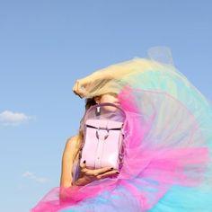 Die Farbtöne der Sommerkollektion 2020 von Julia Skergeth, die aus der Mini Bag, der Ultra Mini Bag und der neuen Shoulder Bag besteht, zeichnet sich durch neue, wunderbarsatteFarben aus und machen richtig Lust auf den Sommer. Die knallig bunten Taschen aus echtem Leder mit goldener oder silberner Hardware (die Frau sich beim Bestellvorgang aussuchen kann) verbreiten sofort gute Stimmung, verleihen jedem Look das gewisse Etwas und kommen mit genügend Stauraum für die wichtigsten Dinge und… Hardware, Good Vibes, Rich Colors, Closet Storage, Leather, Woman, Computer Hardware