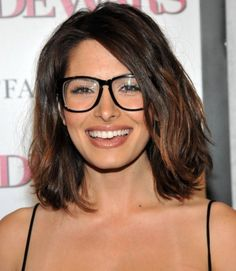 Sarah Shahi with glasses looks very likeable Cool Easy Hairstyles, 2015 Hairstyles, Hairstyles With Bangs, Hairstyle Ideas, Newest Hairstyles, Glasses Hairstyles, Girl Hairstyles, Hair Ideas, Bangs And Glasses