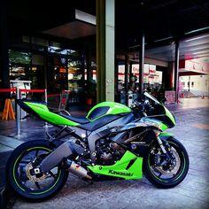 Makin' me jealous like fuckkk - Kawasaki Cafe Racer, Kawasaki Zx6r, Kawasaki Ninja, Suzuki Motorcycle, Kawasaki Motorcycles, Motorcycle Gear, Ducati Diavel, Sportbikes, Street Bikes