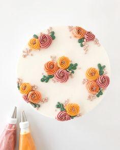 Cake Decorating Frosting, Cake Decorating Designs, Cake Decorating Techniques, Simple Cake Decorating, Pretty Birthday Cakes, Pretty Cakes, Beautiful Cakes, Cake Icing, Eat Cake