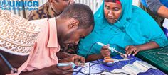 """""""Le luci solari hanno avuto un impatto enorme sulla nostra comunità: abbiamo più libertà di movimento, il campo è diventato più sicuro. I bambini possono studiare la sera e le persone posso uscire per andare al mercato anche quando è buio"""".   Abdullahi, 33 anni, è un rifugiato somalo in Etiopia dal 2009. La cosa più difficile da accettare per lui era non essere indipendente, non poter provvedere da solo alla sua famiglia. Perciò quando l'UNHCR ha organizzato un corso per imparare a costruire…"""