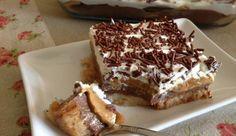 Σας διαβεβαιώνω , πρόκειται για ένα υπέροχο γλυκό που συναγωνίζεται με τη γεύση του και την αρμονία των υλικών του ακόμα και την πιο περιποιημένη τούρτα . Η βάση του είναι φτιαγμένη από σιροπιασμένες φρυγανιές