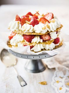 Kauralastutorttu, Oat-biscuit cake with berries, lemon curd and cream – Ruoka.fi
