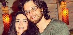 """عمر خورشيد ينشر صورة مع زوجته ويعلق: """"أنا و فريق العمل"""""""