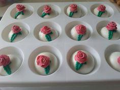 Petit fours van bitterkoekjes, botercreme en marsepein. Gemaakt voor een bruiloft! Makkelijk en heel lekker