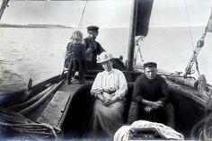 Fiskerfamilie fra Helnæs i drivkvase. 1906-1908. Fiskeri- og Søfartsmuseets arkiv.