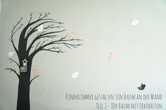 Dekoration Kinderzimmer: Ein Baum an der Wand gemalt, ein kleines Vogelhäuschen aufgehängt und ein Paar Vogel aus Papier an die Wand geklebt. Fertig!