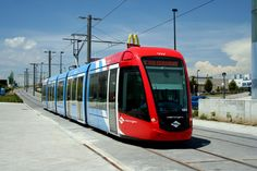 ESPAÑA Madrid 2007. Metro Ligero (ML). Citadis 302 Alstom Ushuaia, Mode Of Transport, Public Transport, Madrid Metro, Metro Rail, Light Rail, Plaza, Locomotive, Santa Fe