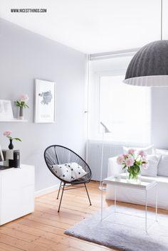 Harmonie im Wohnzimmer Acapulco Chair, weißen Möbeln, grauen Akzenten und Blümchen ♥