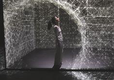 Diese Tänzerin krümmt das Licht mit einer beeindruckenden Projection-Mapping-Performance | The Creators Project
