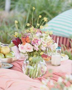 Ya llega Octubre que me encanta y el lunes una nueva mesa para @revistatigris Hoy cocinamos en vivo con @sofisinarroba cheesecake a pedido del público a las 14 hs. Dejo los ingredientes en las historias para los que quieran cocinar con nosotras. Las esperamos! Estas flores divinas son de  @amasbeventos la producción en #sansebastian de @eidico Foto @rochilanu  Carpa @maslogisticaar Donas y bagels  @donutgarage.ar Mantel @casaalmacen Ropa chicos @ninayben Hair y makeup @yosoyliso_beauty… Table Decorations, Instagram, Breakfast, Home Decor, Carp, Donuts, October, Table Toppers, Live