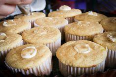 Rellenando cupcakes con frosting de queso crema.