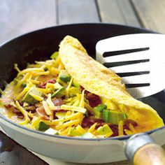 Cheese omelettes with avocado, bacon and tomato salsa paleo breakfast omlette Banting Recipes, Healthy Recipes, Bacon Recipes, Diet Recipes, Cooking Recipes, Brunch Recipes, Easy Recipes, Tim Noakes Diet, Bacon Omelette