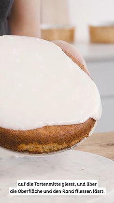 """Liebst du den Karottenkuchen oder wie wir dem in der Schweiz sagen """"Rüeblikuchen"""" auch so sehr? Dir ist aber die Glasur oder das Topping nie so richtig gelungen? dann schau Olivia zu, denn sie zeigt dir 2 einfache Varianten diese zu dekorieren. Einmal die klassische Zitronen Puderzucker Glasur und einmal das leckere Frosting. Wenn du die Tipps in unserem Clip befolgst, wird dir die Glasur bestimmt gelingen! Dream Cake, Sweet Dreams, Vanilla Cake, Cakes, Desserts, Food, Cake Ideas, Dessert Ideas, Powdered Sugar Glaze"""