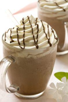 Frappuccino Aguila  Ingredientes: 100 g de chocolate Aguila 1/2 taza de leche  3 Cdas de azucar 1/2 taza de crema de leche 1/4 taza de cafe concentrado 4 tazas de hielo crema batida para decorar Salsa de chocolate para decorar  Preparación: Picar el chocolate y colocarlo en el vaso de la licuadora. Anadir ½ taza de leche bien caliente.Dejar reposar durante 1 minuto. Licuar y agregar los demás ingredientes y volver a licuar bien. Servir y decorar con crema batida y salsa de chocolate