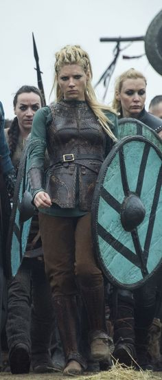 Who was Lagertha, Ragnar Lothbrok's wife, in real life? A detailed look into the own story of the brave shieldmaiden in History Channel's Vikings. Viking Halloween Costume, Vikings Halloween, Female Viking Costume, Larp, Vikings Tv Series, Vikings Tv Show, Viking Warrior, Viking Woman, Viking Shield Maiden