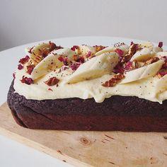 chocolate banana cake with vegan cream cheese frosting Vegan Cream Cheese Frosting, Chocolate Cream Cheese, Cake With Cream Cheese, Vegan Chocolate, Chocolate Recipes, Cream Cheeses, Cake Chocolate, Dessert Cake Recipes, Desserts